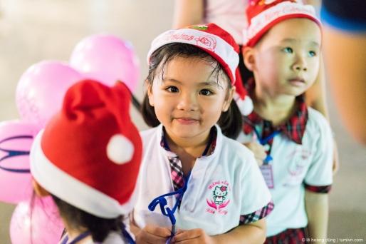 Gương mặt một cháu bé học mầm non đi dã ngoại, cuối năm 2016