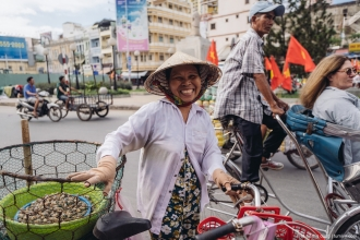 Một chị bán hàng rong, ở đường Hải Thượng Lãng Ông, cuối năm 2016