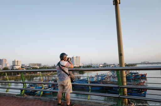 Tôi, dừng xe trên cầu Rồng ở Đà Nẵng để chụp hình