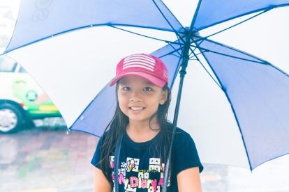 Cô bé bán vé số phụ mẹ lúc nghỉ hè đã tới che dù cho tôi đi nhờ khi trời mưa, 5/2017