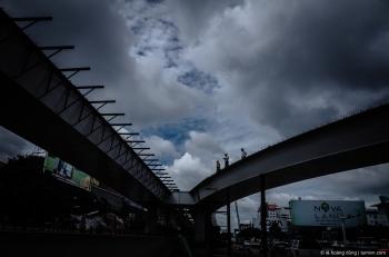 Cầu vượt trước mặt sân bay trong quá trình thi công