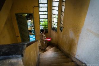 Dùng nước vo gạo để tưới cây, chung cư cũ ở đường Nguyễn Huệ, 2017