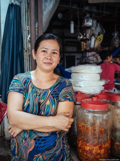 Chân dung chị bán rau ở chợ Căn Cứ, Gò Vấp, 2018