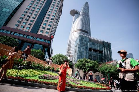 Tạo dáng trên đường hoa Nguyễn Huệ, Tết 2020